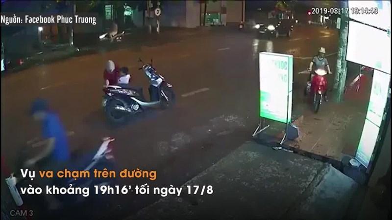[Video] Dừng xe giữa đường mặc áo mưa, người phụ nữ suýt gây tai nạn nghiêm trọng