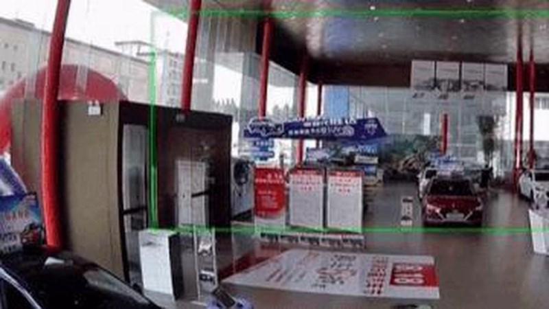 [Video] Nhấn nhầm chân ga, tài xế Trung Quốc tông sập kính, lao thẳng vào gara