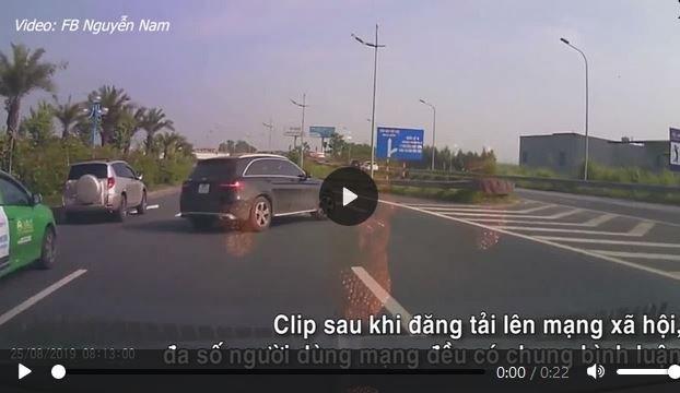 [Video] Rẽ sang đường bất ngờ, xe Mercedes suýt gây va chạm với các ôtô đi sau