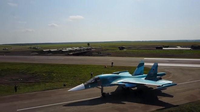 [Video] Máy bay ném bom siêu thanh Su-34 hạ cánh xuống đường cao tốc ở Nga