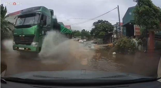 [Video] Xe tải tạt nước nhòe kính lái xe con và nguy cơ xảy ra tai nạn giao thông
