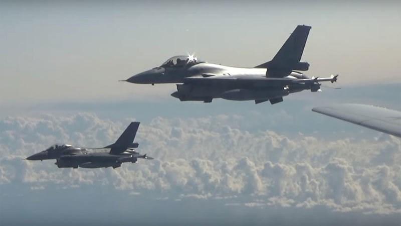 [Video] dàn chiến cơ NATO áp sát máy bay ném bom Nga