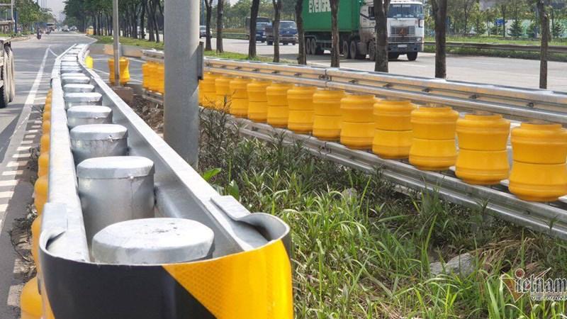 [Video] Dàn hộ lan bánh xoay vàng rực chống lật xe đầu tiên ở Sài Gòn