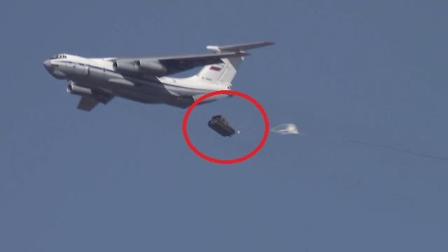 [Video] Xe bọc thép của Nga tan nát vì không bung dù khi thả rơi