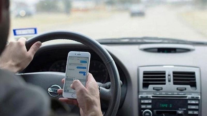 [Video] Đề xuất cấm dùng điện thoại khi lái ô tô