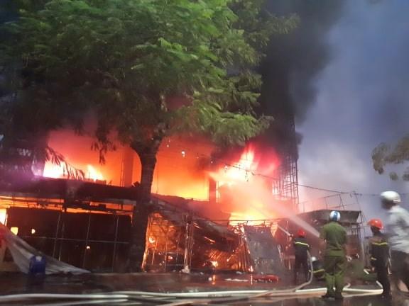 [Video] Cháy siêu thị điện máy 4 tầng