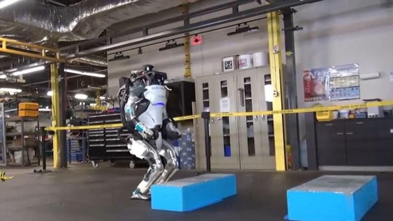 [Video] Robot hình người thể hiện kỹ năng nhào lộn