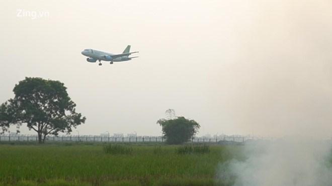 [Video] Khói từ đốt rơm rạ uy hiếp sân bay Nội Bài
