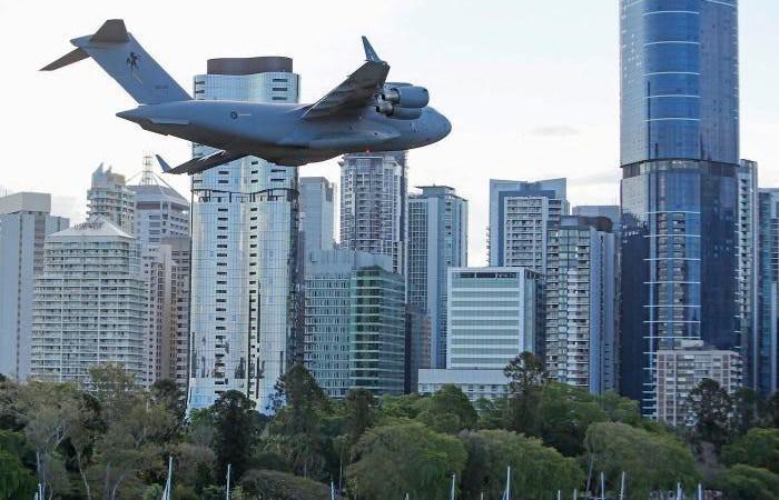 [Video] Cảnh máy bay bay qua giữa các tòa nhà cao tầng