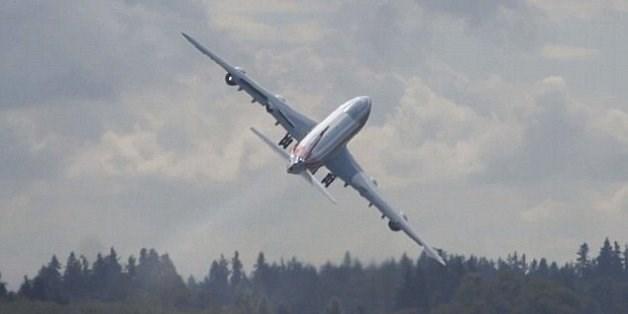 [Video] Vì sao máy bay luôn bay theo đường cong?