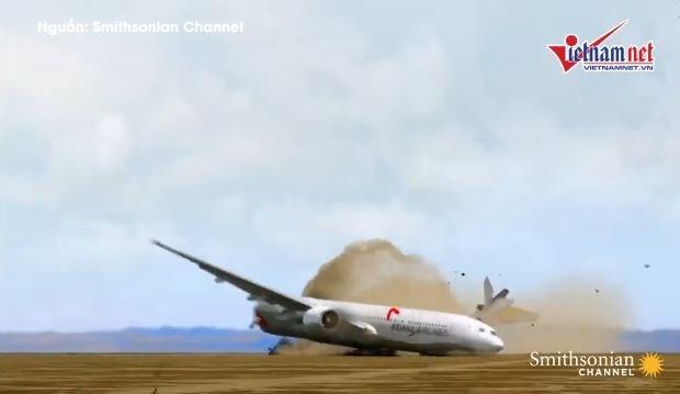 [Video] Lỗi hạ cánh, máy bay lao xuống đường băng vỡ làm đôi