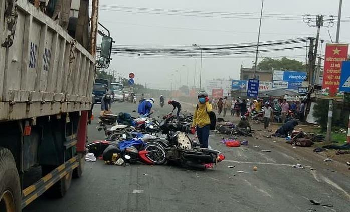 [Video] Xe ben mất lái tông hàng loạt xe máy đang dừng chờ đèn đỏ ở TP. Hồ Chí Minh