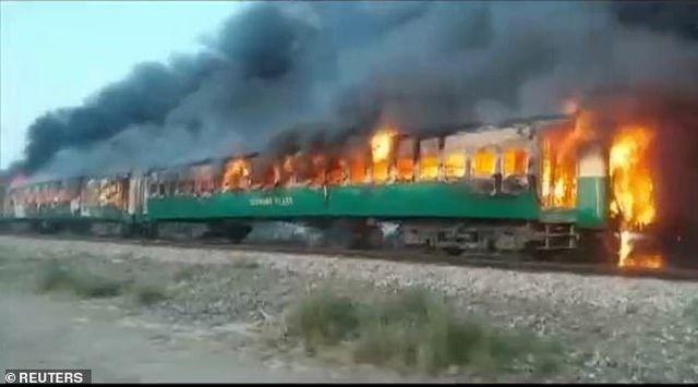 [Video] Hiện trường thảm khốc vụ nổ bình gas trên tàu Pakistan làm 74 người chết