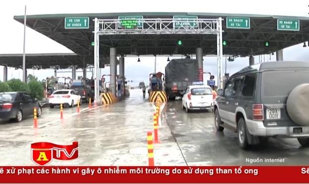 [Video] Xử phạt các xe không dán thẻ cố tình đi vào làn thu phí không dừng