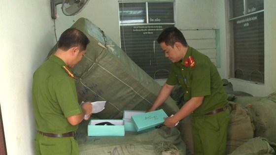 [Video] Công an tạm giữ 8 tấn hàng không rõ nguồn gốc trên tàu SE19