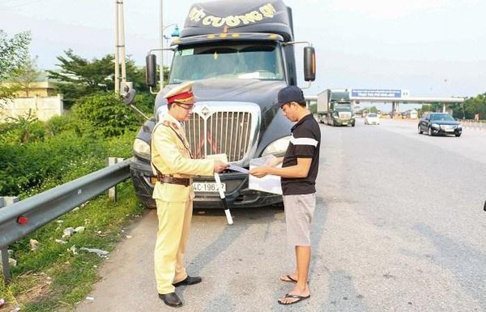 [Video] Cảnh sát giao thông tổng kiểm tra 4 loại giấy tờ trên các tuyến cao tốc đối với lái xe