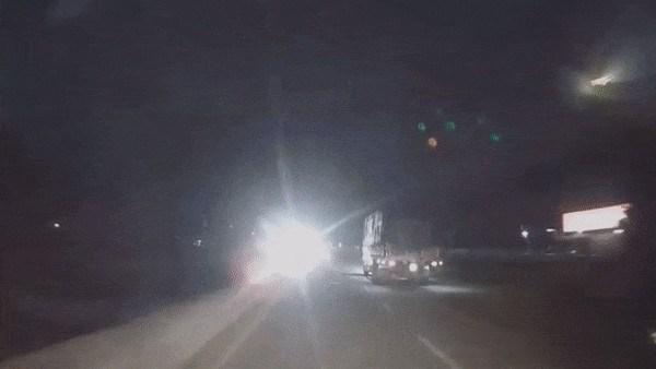 [Video] Suýt gặp tai nạn kinh hoàng vì đèn pha xe ngược chiều gây lóa mắt