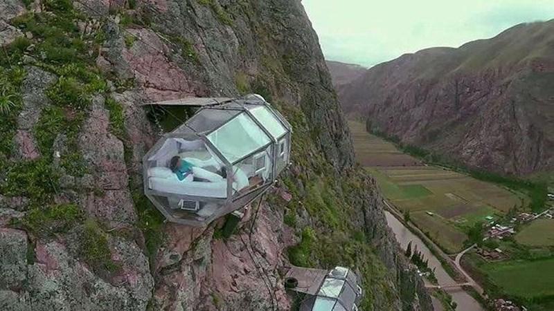 [Video] Khách sạn treo mình giữa vách đá 500m bằng 12 sợi cáp