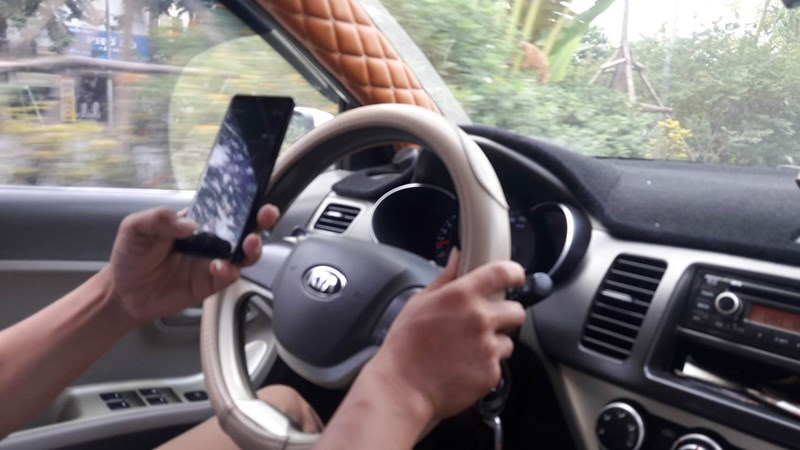 [Video] Mất an toàn giao thông từ việc sử dụng điện thoại khi lái xe