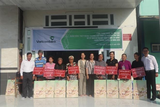 Vietcombank bàn giao 10 căn nhà đại đoàn kết cho các hộ nghèo tại Cần Thơ