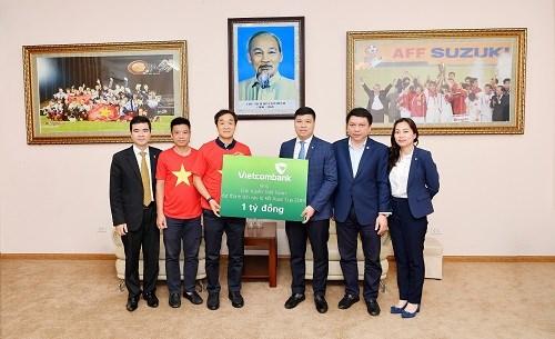 Vietcombank trao số tiền 1 tỷ đồng thưởng Đội tuyển bóng đá Việt Nam