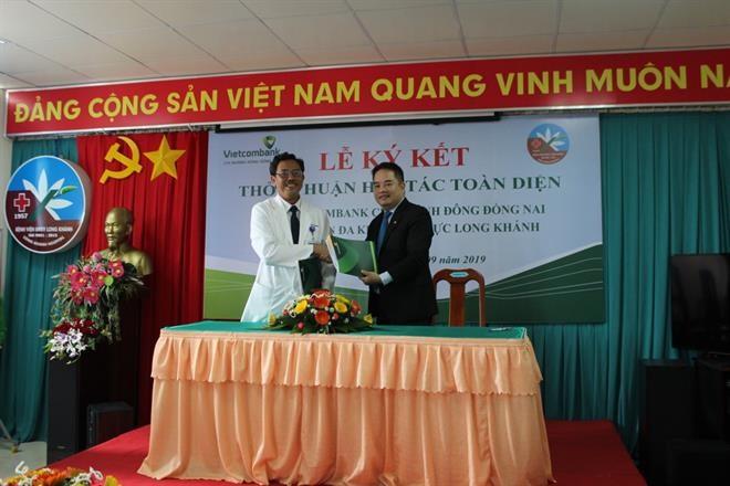 Vietcombank Đông Đồng Nai ký hợp tác với Bệnh viện Đa khoa Khu vực Long Khánh