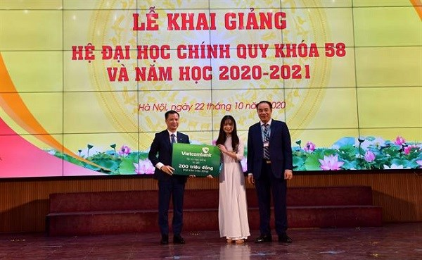 Vietcombank trao tặng 200 triệu đồng học bổng cho sinh viên Học viện Tài chính