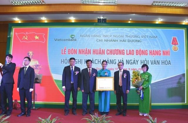 Vietcombank Hải Dương đón nhận Huân chương Lao động