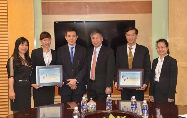 Vietcombank nhận chứng nhận Ngân hàng xuất sắc