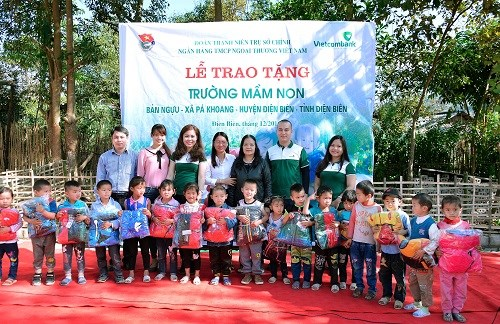 """Đoàn thanh niên Vietcombank với chương trình """"Phòng học cho em"""""""