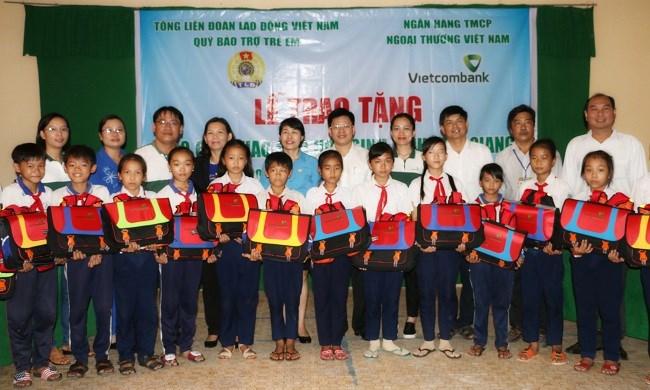 Vietcombank tặng phao cứu sinh cho học sinh tại Cần Thơ và Tiền Giang
