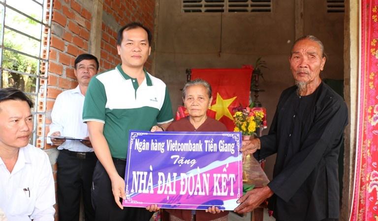 Vietcombank Tiền Giang trao tặng nhà đoàn kết