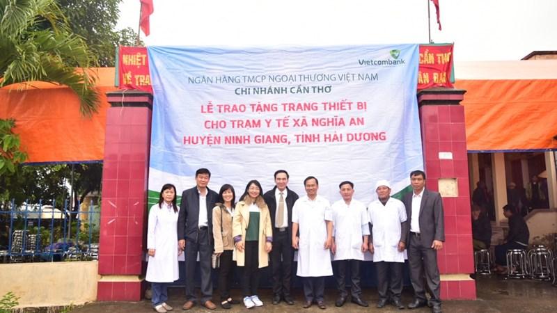 Vietcombank Cần Thơ tặng thiết bị cho Trạm y tế tại tỉnh Hải Dương
