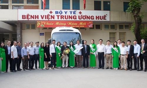 Vietcombank tặng xe ô tô phục vụ phám chữa bệnh cho Bệnh viện Trung ương Huế