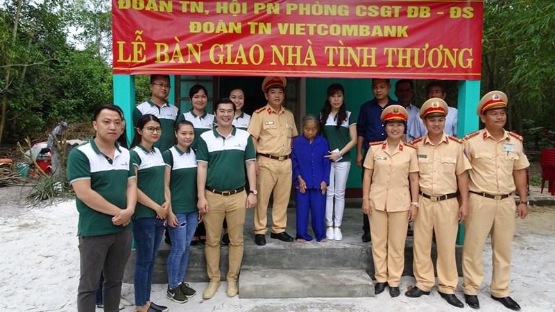 Vietcombank Huế trao tặng nhà tình thương