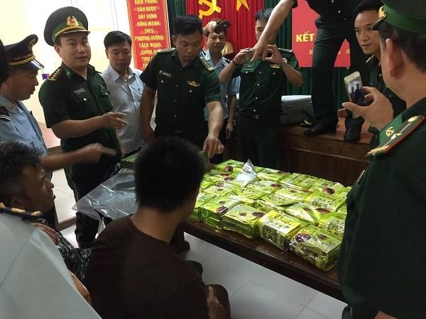 Bắt giữ 03 đối tượng vận chuyển 25 kg ma túy đá, 52 bánh hê-rô-in