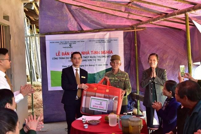Vietcombank Lạng Sơn hỗ trợ xây nhà tình nghĩa cho hộ nghèo