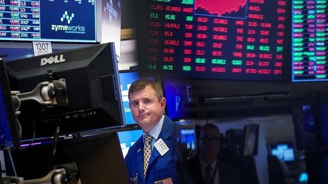 Giá dầu tăng, chứng khoán giảm mạnh