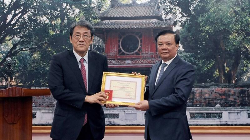 Bộ trưởng Đinh Tiến Dũng trao tặng Kỷ niệm chương cho Đại sứ Nhật Bản
