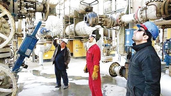 Mỹ siết chặt cấm vận Iran, giá dầu tăng vọt