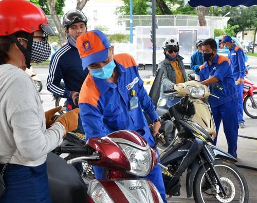 Giá xăng RON95-III tiếp tục giảm 308 đồng/lít