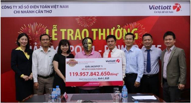 Khách hàng trúng Jackpot 1 của Vietlott đóng góp hơn 11 tỷ đồng cho ngân sách tỉnh Cà Mau