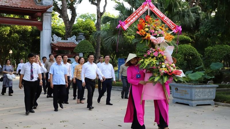 Bộ trưởng Đinh Tiến Dũng dâng hương tại Khu Di tích Kim Liên và đền Chung Sơn