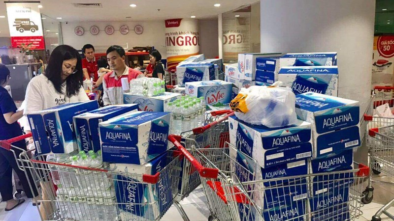 """Dân Hà Nội đổ xô mua nước đóng chai, quầy nước nhiều siêu thị """"thất thủ"""""""