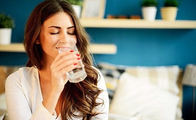 Uống 1 cốc nước ấm khi đói
