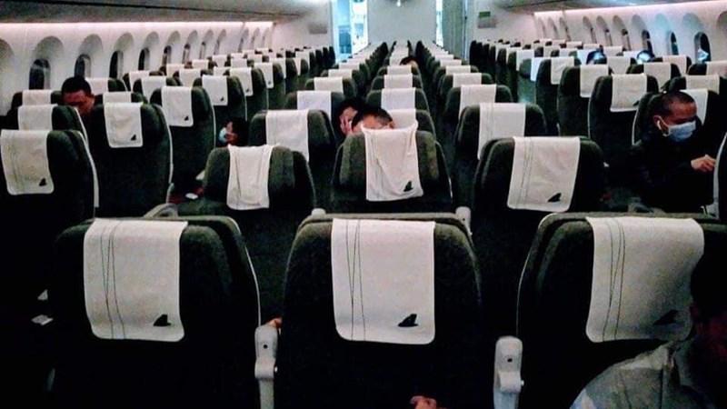 Tăng mạnh số chuyến bay trước 30/4, khách ngồi cách nhau 1 mét