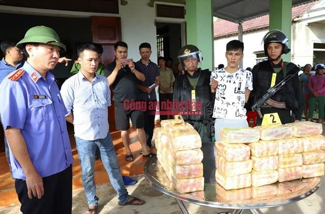 Bắt quả tang 2 đối tượng vận chuyển 30 kg ma túy đá
