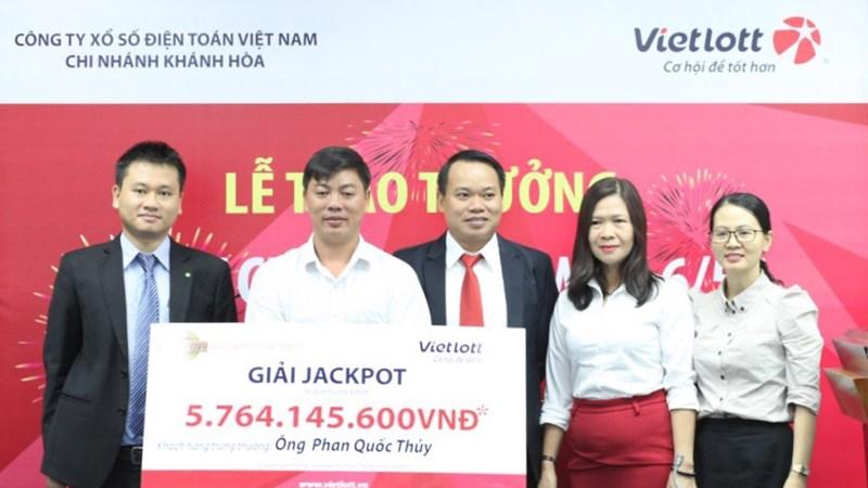 Khách hàng trúng Jackpot công khai hình ảnh và phát 600 phần quà từ thiện