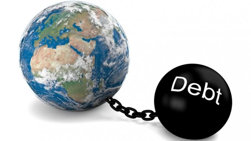 """Thế giới đang nợ """"nhiều chưa từng thấy"""""""