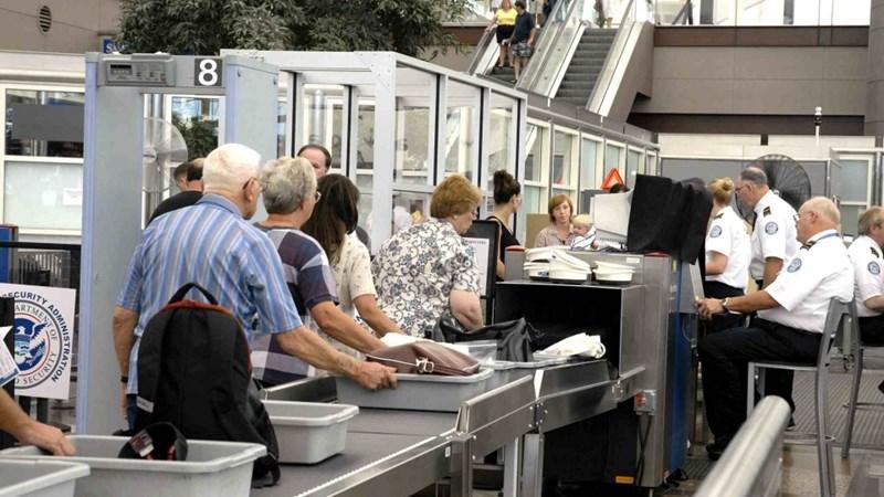 Cần chú ý gì khi đi qua cửa kiểm soát an ninh ở sân bay?